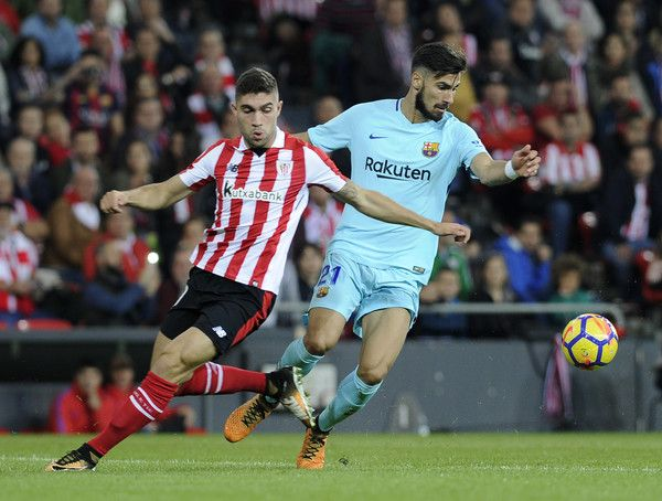 Athletic Bilbao's Spanish defender Unai Nunez (L) vies with Barcelona's Portuguese midfielder Andre Gomes during the Spanish league football match Athletic Club Bilbao vs FC Barcelona at the San Mames stadium in Bilbao on October 28, 2017. / AFP PHOTO / ANDER GILLENEA