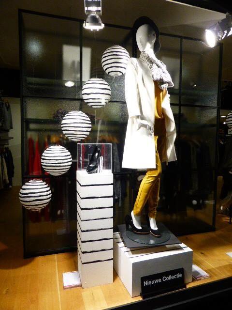 Etalage aan de voorzijde met kleding van de afdeling Women.