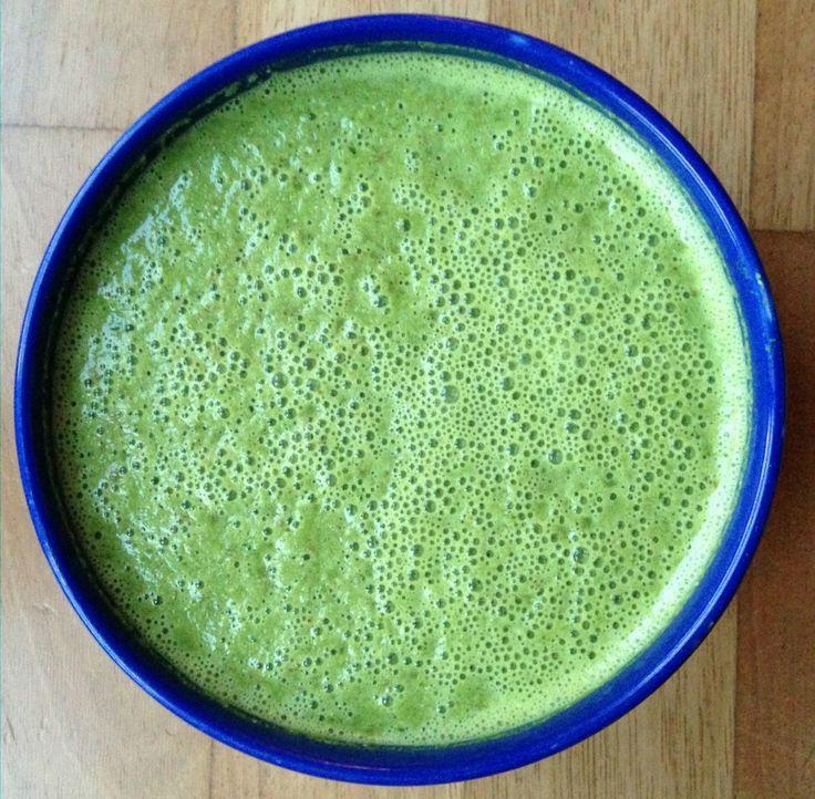 Batido verde con perejil, pepino, coco y cúrcuma sin fruta