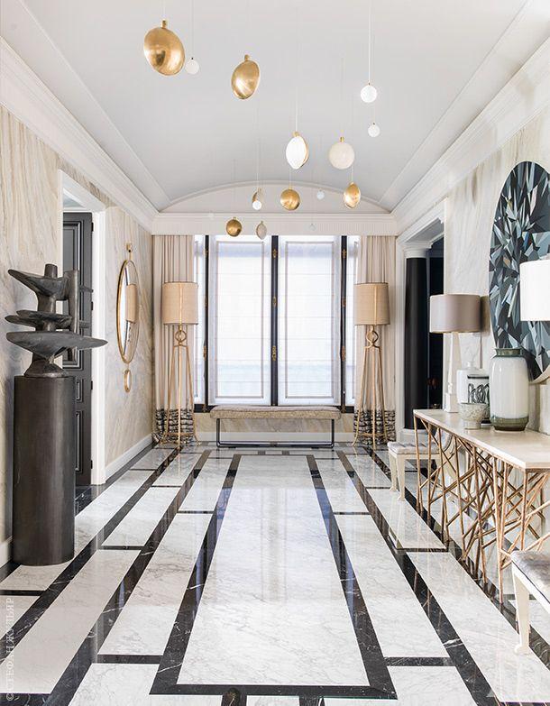 Полы в коридоре сделаны из каррарского мрамора. Консоль справа, Jean de Merry…