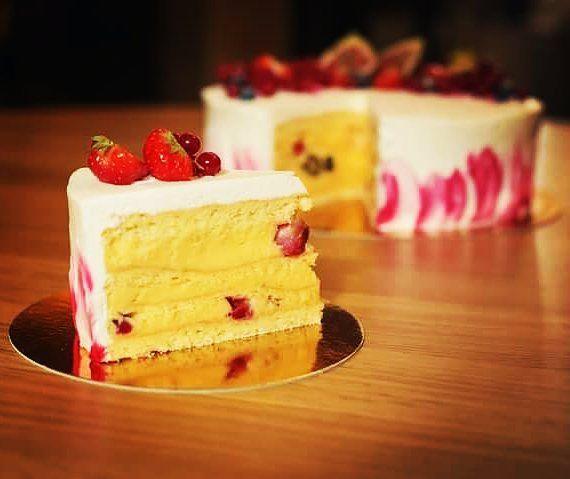 Az Avalon krémes vendégeink örök kedvence amiből erdei gyümölcsös tortát készítettek cukrászaink. Desszertünket nem csak éttermünkben de már otthonotokban is elfogyaszthatjátok!  Rendelés leadás: info@avalonristorante.hu #avalonpark #avalonristorante #tortarendeles #avalonkremes