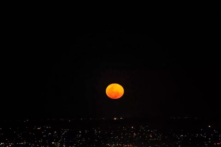 The full moon rising over Mt Coot-tha, Brisbane in August 2014, the month of the super full moon. (Photo Chris Henderson)