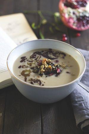 Pastinaken-Maronen-Suppe mit herzhafter Nussgranola