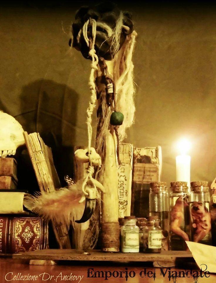 (particolare del piedistallo)  la testa è conservata con il suo piedistallo che consta in un flauto appartenuto al defunto... è una tradizione...