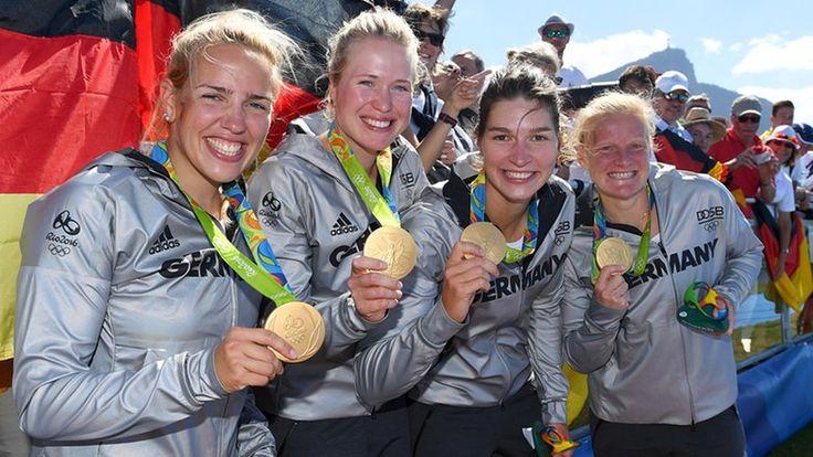 Die deutschen Ruderinnen Lisa Schmidla, Julia Lier, Carina Baer und Annekatrin Thiele (v.l.n.r) zeigen ihre Goldmedaille. © picture alliance/augenklick/GES Fotograf: Markus Gilliar