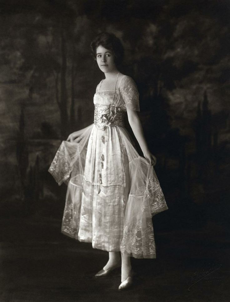 Dresses Of The Early 1900s Were Often Loosely Tailored And Simple With A Slightly Raised