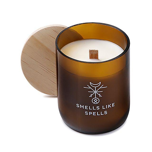 Smells Like Spells // FREYR handgemachte Sojawachs Duftkerze Amber Patschuli Myrrhe  • aus 100% biologischem Sojawachs • mit Holzdocht, der beim Brennen angenehm knistert • hochwertiges Glas mit Holzdeckel • 100% Vegan • koscher, zertifiziert von Orthodox Union • verbrennt schadstofffrei & zweimal langsamer als gewöhnliche Paraffinkerzen • durch den niedrigen Schmelzpunkt ausbreitet sich das Aroma schneller und gleichmäßiger #MECode #Onlineshop #SmellsLikeSpells #Sojawachs #Duftkerze