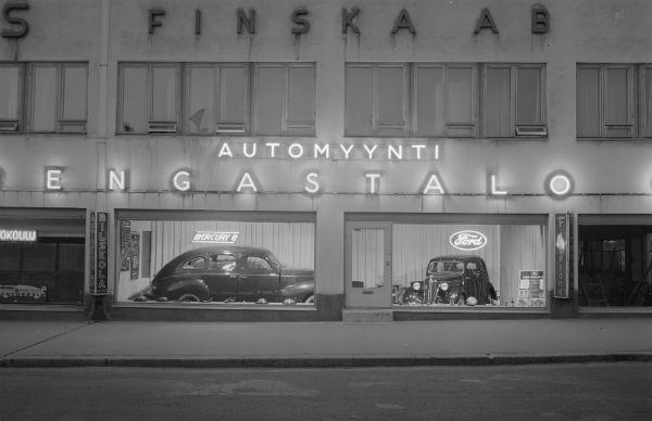 Tennispalatsi valmistui alun perin kaksikerroksiseksi Autopalatsiksi vuonna 1937. Vuoden 1939 toukokuussa Automyynti Rengastalo Oy:n näyteikkunat näyttivät tältä. Kuva: V. Pietinen / Museovirasto
