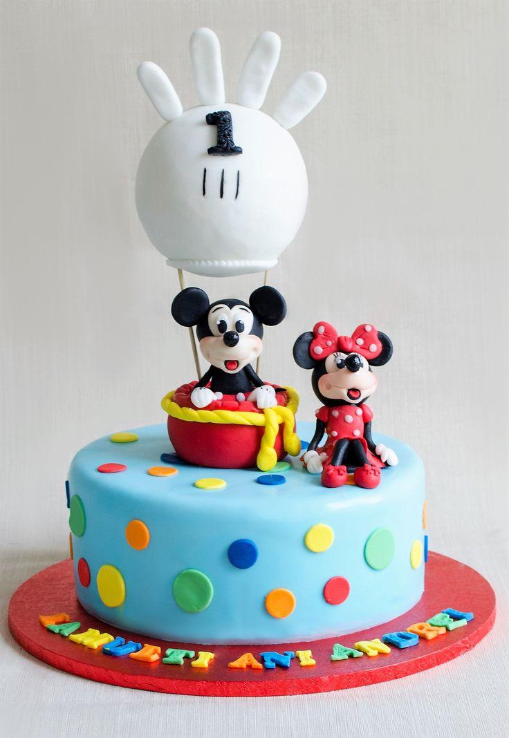 Mickey si Minnie sunt nedespartiti, chiar si atunci cand sunt figurinele ce decoreaza tortul aniversar al copilului tau. Asezati intr-un balon tematic, cele doua figurine sunt vedetele principale ale petrecerii.