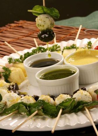 Salada no Palito - Molhos variados, receita de molho pesto aqui no site