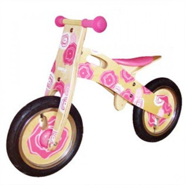 Deze Simply for Kids Balance Bike Pink (22023) helpt en ondersteunt uw kind in het leren van de balans te houden op een tweewieler, heeft een stoer uiterlijk in frisse roze kleuren en is een echt dames race monster. Voorzien van een vrolijke spiraal op het wiel. Het zadel is in hoogte verstelbaar.Afmetingen 80 x 35 x 55 cm.