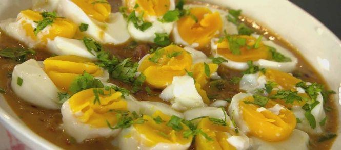 Pittige eieren in een verse sambalsaus, een geweldige smaakbeleving uit de Indonesische keuken. Makkelijk te maken en voldoende voor 4 personen.