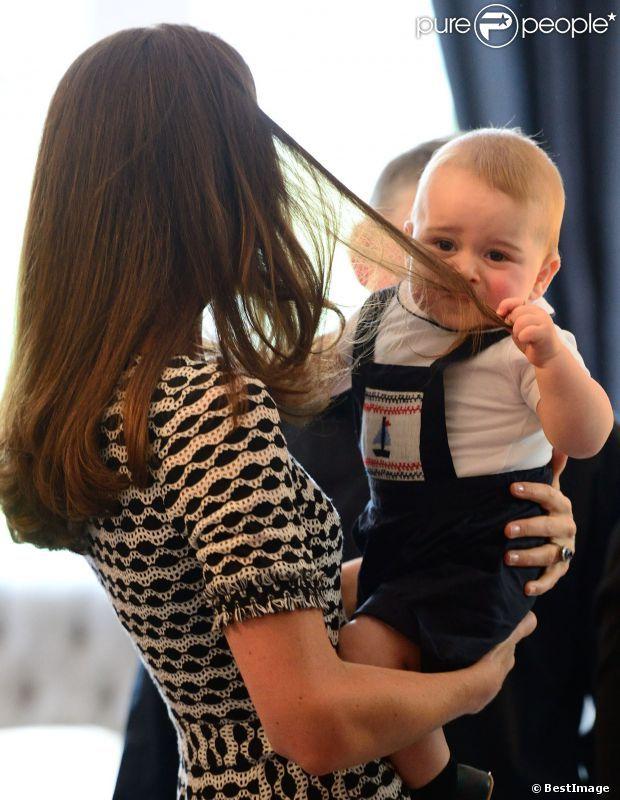 La coiffeuse de Catherine, Amanda Cook Tucker, va avoir du boulot ! Le prince George de Cambridge, âgé de 8 mois, honorait son tout premier engagement officiel avec ses parents le prince William et Kate Middleton le 9 avril 2014 en Nouvelle-Zélande, lors d'un événement avec dix autres bébés organisé par l'association Plunket à la Maison du gouvernement à Wellington.