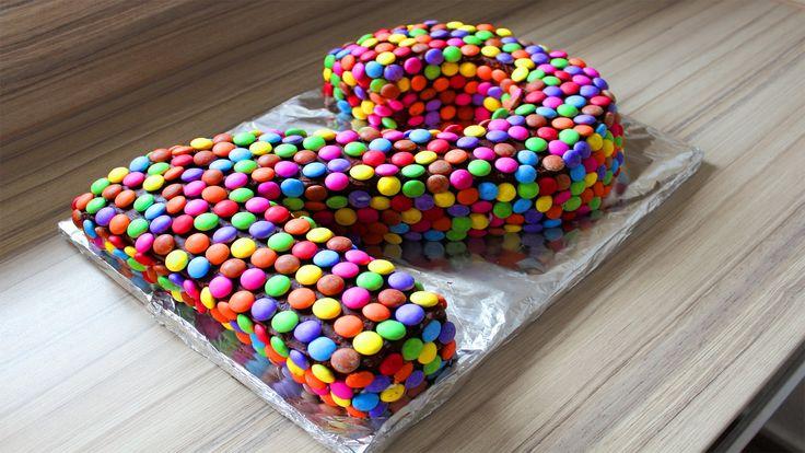 Você gostaria de fazer um bolo personalizado? Pague com os Smarties …