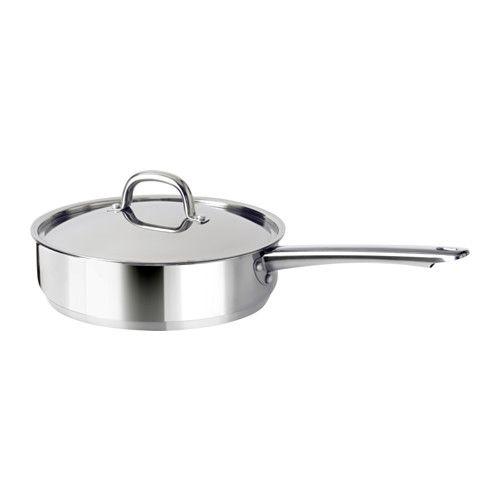 IKEA - OUMBÄRLIG, Sautépanne med lokk, Fungerer på alle platetopper - også induksjon.Tykk trelagsbunn med et mellomsjikt av aluminium mellom 2 lag rustfritt stål. Gir en jevn og energieffektiv varme, som hindrer maten fra å bli lett fastbrent.Dampventil reduserer trykket, slik at maten ikke koker så lett over.Laget av rustfritt stål, som gjør pannen slitesterk og enkel å rengjøre.Bruker du lokket vil innholdet i gryta koke opp raskere, så du kan spare tid, energi og penger samtidig som du…