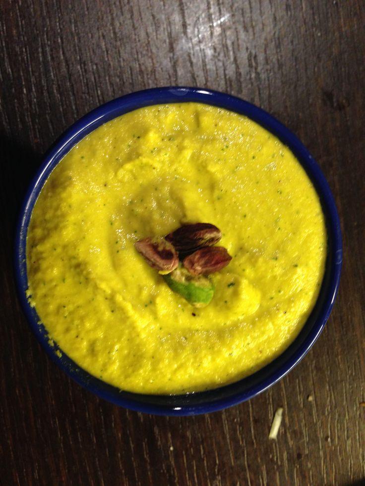 Crostino di crema di porro, pistacchi e timo al limone