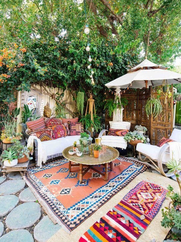 Un jardín cubierto de alfombras al aire libre.