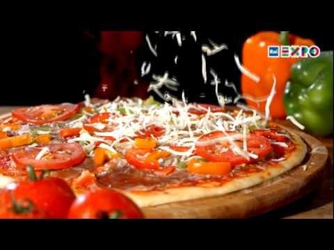 CÓMO LA PIZZA SE HA CONVERTIDO EN LA PIZZA - El vídeo que proponemos nos cuenta precisamente el fulgurante ascenso de la pizza de los bajos de Nápoles al éxito nacional y mundial, «elegida» por los grandes cambios sociales y de costumbres que sucedieron en Italia tras el boom económico de los años cincuenta y sesenta. Aunque es un símbolo de los más reconocibles de la alimentación italiana, podríamos decir que la pizza acaba de nacer.