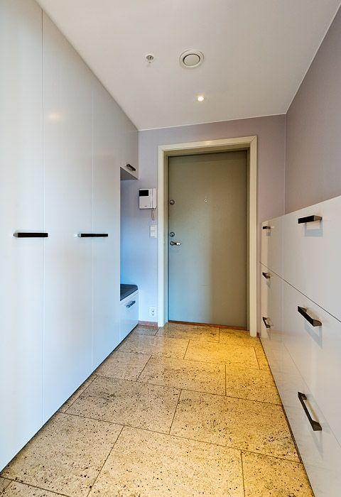 Garderobe fra Brubakken Home med stramme profiler