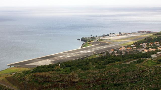 Entre las montañas y el océano Atlántico, en los acantilados de la isla, espera el aterrador Aeropuerto de Madeira (Portugal).