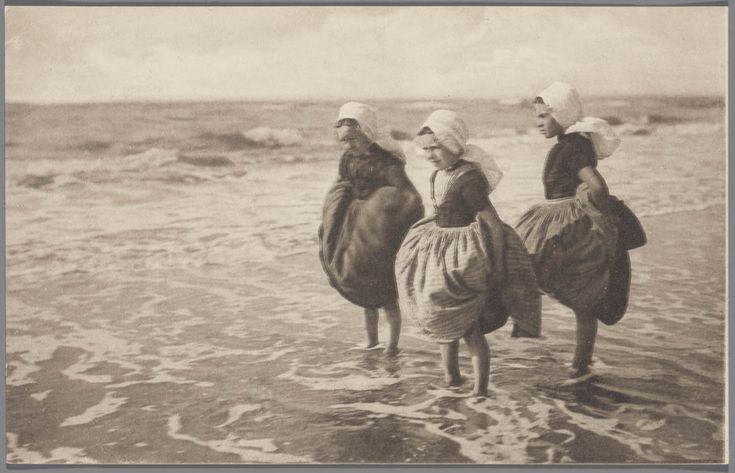 Drie pootjebadende meisjes in Walcherse streekdracht, nq 1905 #Zeeland #Walcheren