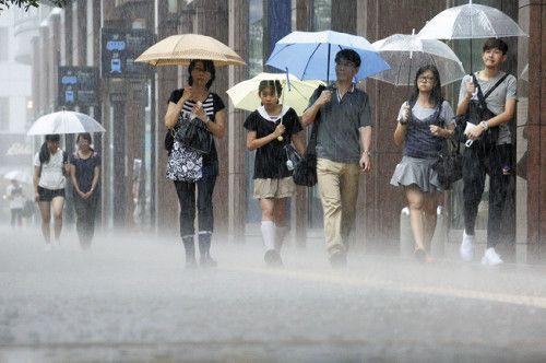 強く降る雨の中を歩く人たち。西日本の一部で激しい雨、台風から暖気流れ込む。 Tsuyoku furu ame no naka o aruku hito-tachi. Nishi Nihon no ichibu de hageshī ame, taifū kara danki nagarekomu. Orang-orang yang berjalan di tengah hujan deras. Hujan lebat di sebagian Jepang Barat, udara hangat mengalir masuk dari angin topan. http://www.yomiuri.co.jp/national/20160829-OYT1T50006.html