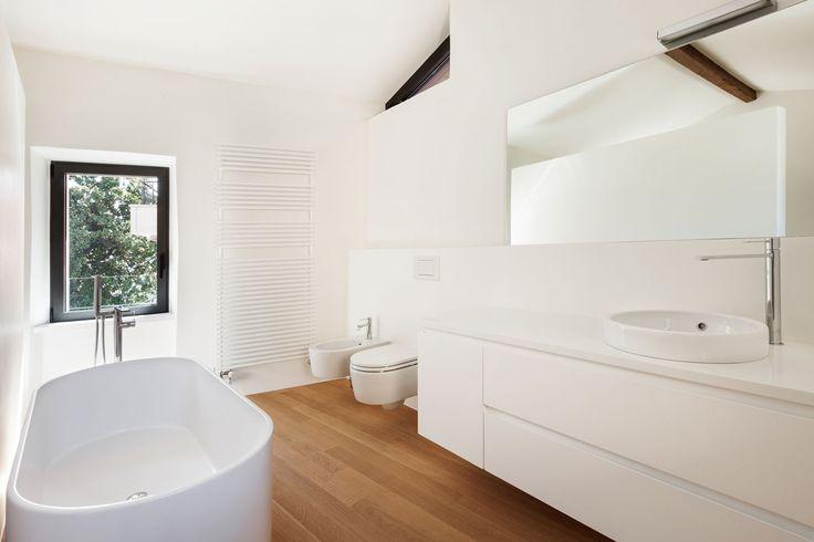 De badkamer moet eigenlijk een heerlijke serene plek zijn omdat je daar je dag opstart en weer eindigt. Het is een plek waar je je veilig moet voelen (je bent daar vaak naakt) en een plek waar je loslaat en ontspant. De realiteit is dat we in de badkamer vaak veel te veel spullen hebben, …