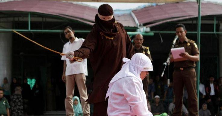 Ινδονησία: Άνδρες και γυναίκες δέχτηκαν δημόσιο μαστίγωμα - Ο Ισλαμικός νόμος που τους επιβλήθηκε (φωτό)