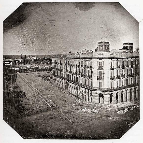 La fotografia más antigua de Barcelona. 1848  Tomada desde Pla de Palau. Se ve la muralla de mar, derribada entre 1878 y 1881