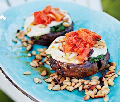 Svampen portabello är perfekt att lägga på grillen. Visste du förresten att portabello egentligen är en utväxt champinjon? Välj de största svamparna du hittar, då är de lättast att toppa med fräst spenat, mozzarella och pinjenötter. Njut med grillad inlagd paprika i en bit baguette.