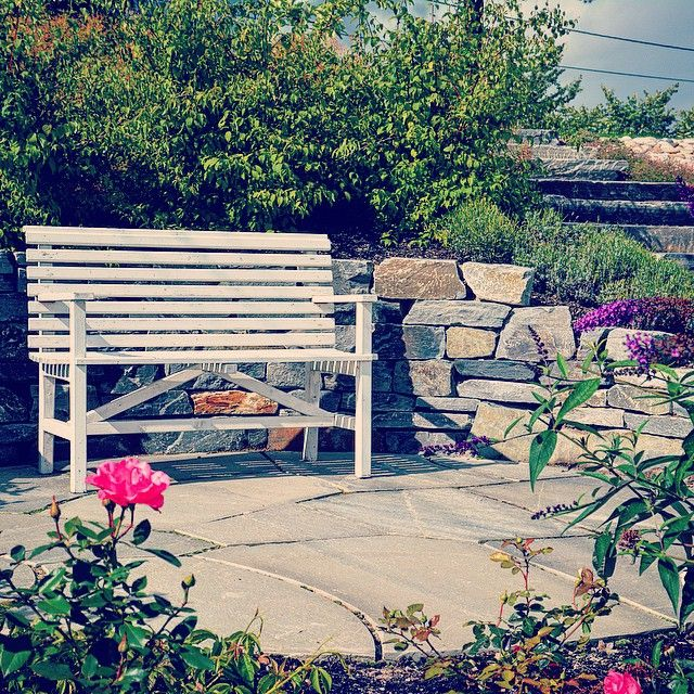 Her har vi laget tørrmur av skifer og en koselig hellelagt sitteplass blant roser og syriner - til de fine stundene når hagen virkelig skal nytes! #bygartnerne #anleggsgartner #oslo #sommer #hage #nytelse #hageliv #hageglede #roser #syriner #uterom #utemiljø #hagersomvarerlenger