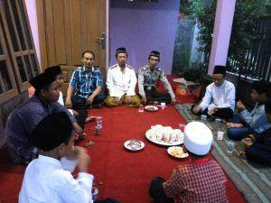 Bhabinkamtibmas Bripka Susanto melaksanakan giat buka bersama dengan anak pantiasuhan Kami Sayang Kamu desa Bantengan
