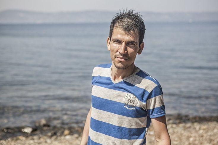 """Mirza, de 26 años y procedente de Afganistán, relata su viaje mientras seca su ropa sobre las piedras de la playa. """"La Guardia Costera Turca nos pasaba cerca con su embarcación para que las olas de su lancha inundaran nuestro bote. Pensábamos que nos íbamos a hundir. Así, con el agua hasta las rodillas, hemos llegado hasta aquí""""."""
