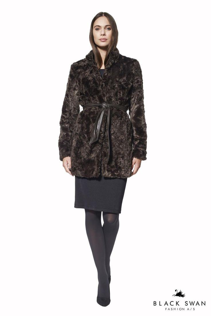 Den chokoladebrune fake fur jakke har et flatterende snit ned over hoften med løst matchende fake-leather bælte. Lovely warm fake fur jacket. Black Swan Fashion