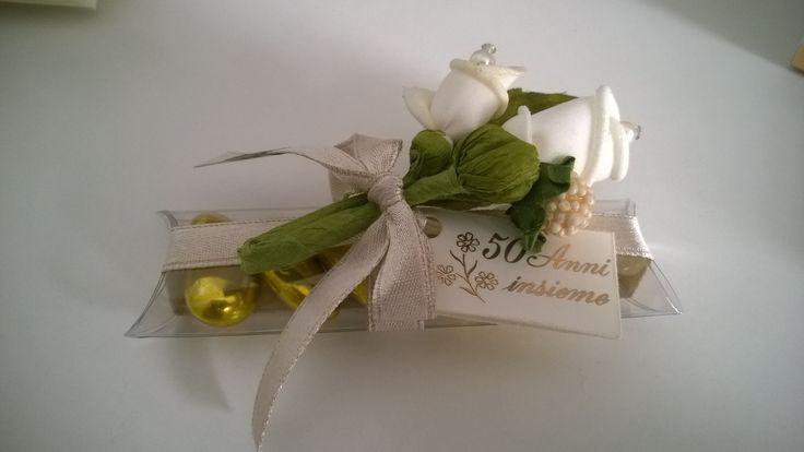 Bomboniera per 50esimo anniversario di matrimonio con confetti alla mandorla dorati