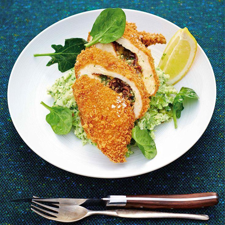 1 Verwarm de oven voor op 200 ºC. Zorg ervoor dat je bakplaten en roosters hebt verwijderd om plaats te maken voor de kip. Strooi 1 theelepel zout in de buikholte en duw het lege blik erin. Plaats de kip in de braadslee.  2 Meng de honing, het...
