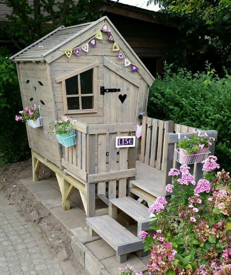Houten speelhuis / tuinhuis voor kinderen. Wooden house to play for kids (in the garden)