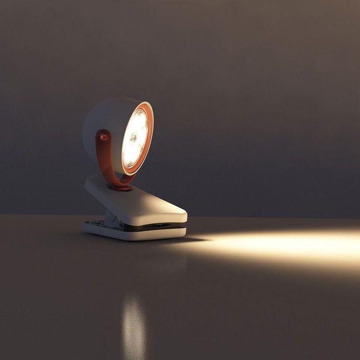 Quelle brillante idée ! La lampe à pince Dyna colorée se fixe tout simplement à une table pour apporter de la lumière là où vous en avez besoin. Mais ce n'est pas tout... Cette solution d'éclairage polyvalente aux LED puissantes peut se placer n'importe où dans la maison. Idéale dans une chambre par exemple