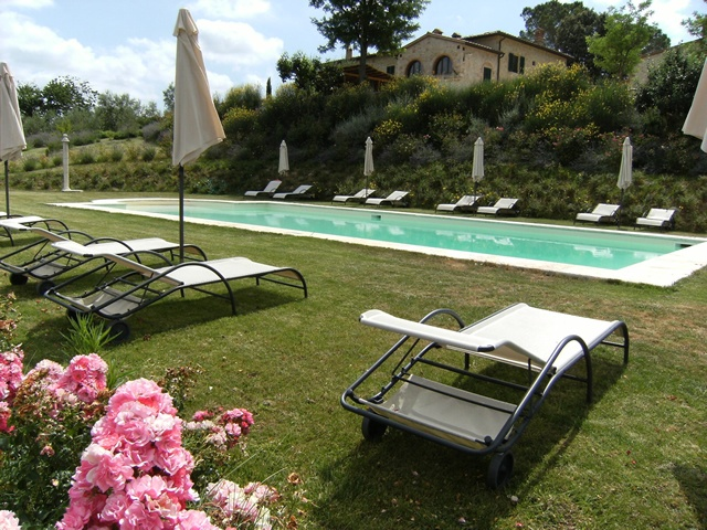Ristorante Agriturismo Taverna di Bibbiano. Agriturismo con piscina vicino a San Gimignano e Colle di Val d'Elsa. A mezz'ora dal Chianti e da Siena. A 40 minuti da Firenze e dalla Val d'Orcia.