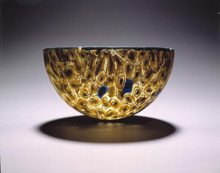 DUIZEND BLOEMEN | Deze Romeinse drinkkom (Italië, 2e eeuw v.Chr.) is gemaakt van 'millefiori-glas', een soort mozaïekglas. De gebruikte techniek wekt de indruk van een boeket met duizend bloemen. Het is een complexe techniek waarbij schijven, gemaakt uit glasdraden in verschillende kleuren, in een aardewerken mal worden geperst.