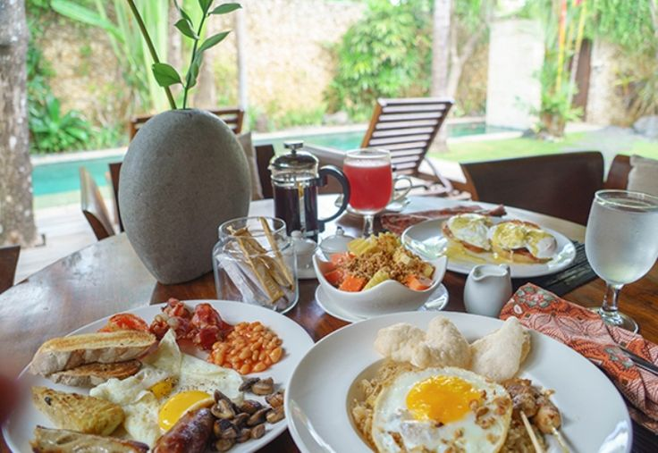 What's your favorite way to spoil yourself at breakfast? Photo shared by When In Manila  www.villakubu.com/oasis-restaurant #villakubu #breakfast #balifoodbible #theoasisrestaurant #luxury #villa #roomservice #seminyak #bali #travel #holiday #paradise #culinary