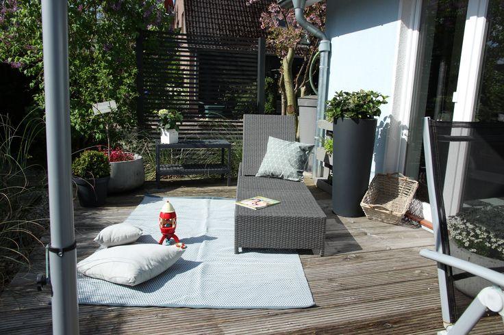 Toll gestaltete Terrasse mit unserem Pflanzkübel CONO 110 Kunststoff anthrazit matt.