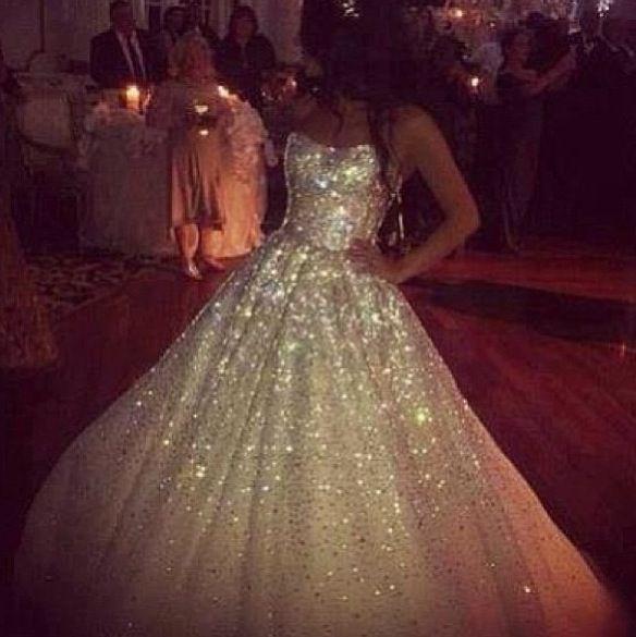 ohhhhh eeeemmmmmm ggggeeeeeee i am loving this glitter With glitter wedding dress
