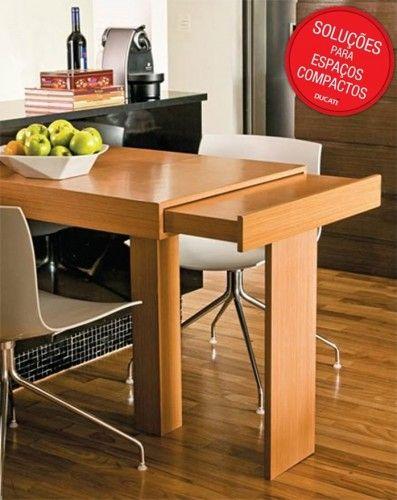 """Já está mesa """"esconde"""", dentro do seu tampo, uma outra parte do móvel, que pode ser usado na hora das refeições."""