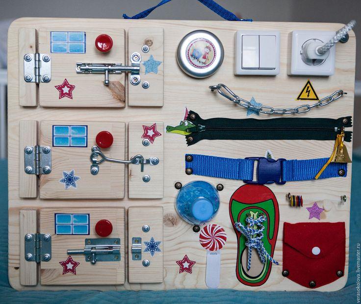 Купить или заказать Бизиборд в интернет-магазине на Ярмарке Мастеров. Бизиборд – развивающая доска, на которую крепятся привлекательные для малыша вещички- все, что можно вертеть, крутить и щелкать: замочки, кнопки, крючки, колесики, валики, тумблеры. Бизиборд: развивает мелкую моторику, логику и мышление; способствует изучению различных цветов; формирует причинно-следственные связи; способствует изучению цифр, счёту, времени; развивает самостоятельность и…