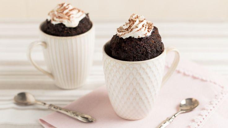 Mettere la farina, il cacao, il bicarbonato ed il sale nella tazza e mescolare per amalgamare gli ingredienti.