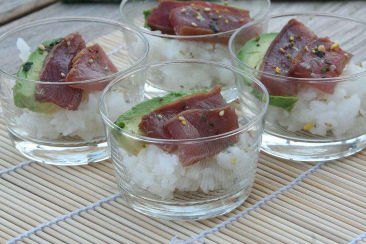 Amuse: Sushi in a glass. Ideaal als je geen zin hebt in de keuken te staan, maar wel lekker en gezond wilt eten. Recept > www.lekkeretenmetlinda.nl