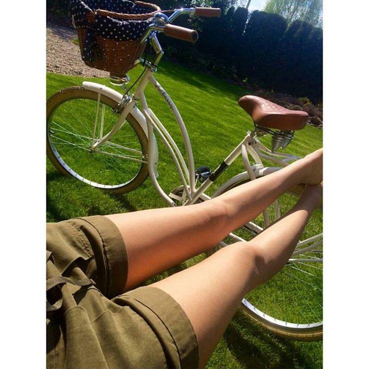 """BICI RETRO BLANCA COCO  http://favoritebike.com/…/bicicleta…/bici-retro-blanca-coco/ Bicicleta retro para mujer en color blanco. Sillín hecho de piel en color marrón. Bicicleta con portaequipajes. Los puños diseñados de piel en color marrón. Bici con euedas 26"""" en color ecrui. Bicicleta se vende con la cesta. www.favoritebike.com #bicicleta #coco #white #longleggs #khaki #relax #favoritebike #cruisers #beachporn #green #eco #healthy #instafashion…"""