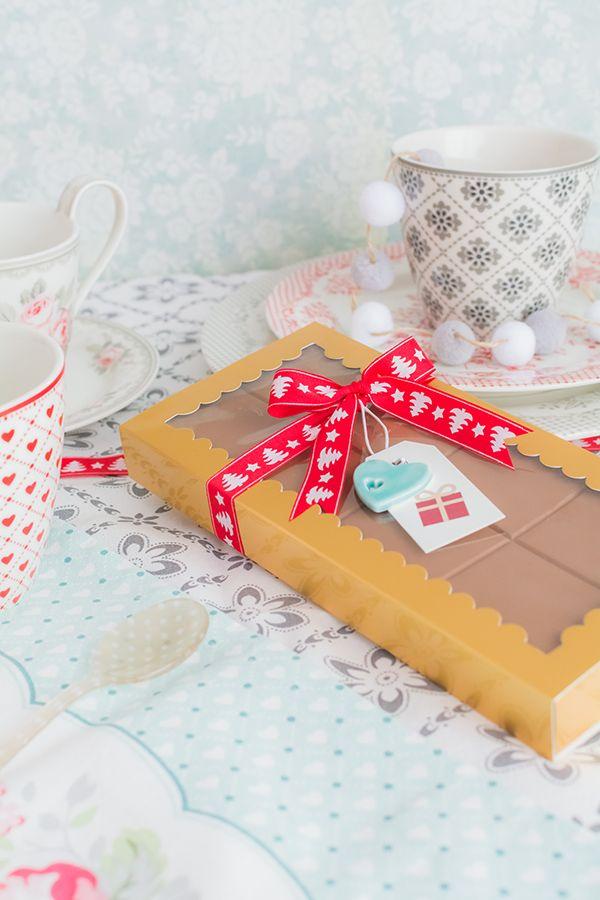 Turrón de capas exteriores son de chocolate con mantequilla de cacahuete. Y en el centro tiene una capa de caramelo y otra de turrón con cacahuetes. Es una mezcla de sabores que seguro os va a encantar. Para hacer el turrón utilizo un molde de silicona. Al ser tan flexible, resulta muy sencillo desmoldar de una sola vez todas las capas del turrón una vez que han endur...