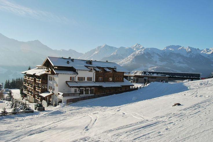 Op de grens van Salzburgerland en Tirol, op een sneeuwzekere hoogte van 1.200 meter bevinden zich de unieke panorama chalets. Uniek omdat het direct aan de piste van het skigebied van Kirchberg en Kitzbühel ligt en omdat het middenstation van de 'Panorama' gondel direct naast de deur is. Geen skibussen of wachtrijen dus! Direct vanuit het appartement de ski's onderbinden en aan het eind van de dag weer terug.